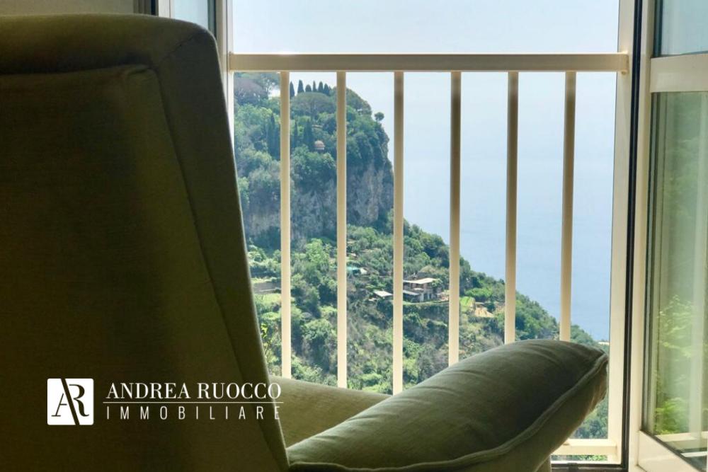 Scorcio della Costiera Amalfitana da finestra